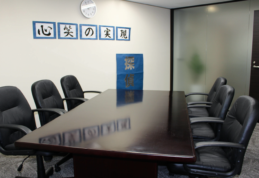 日本探偵社名古屋本部の会議室